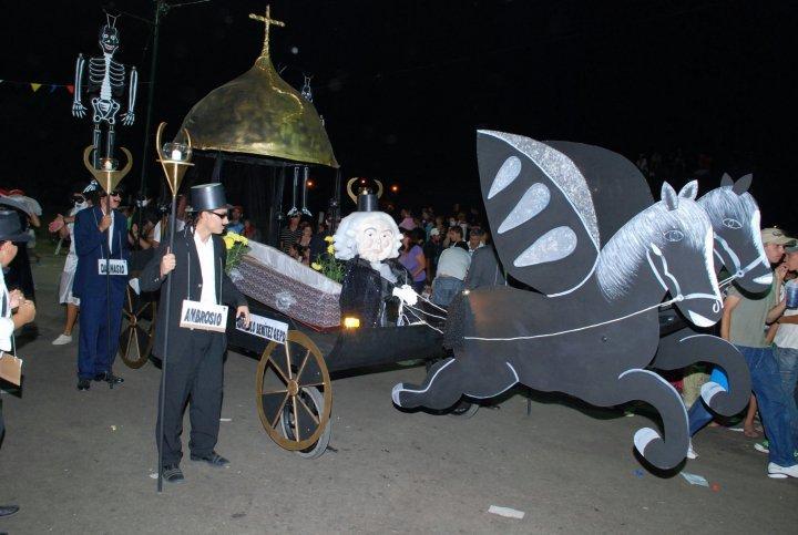 """Tradición y alegría en el """"Carnaval de la Primera Hora"""" de Concepción del Uruguay"""