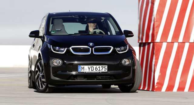 BMW presenta un i3 que puede estacionarse solo, incluso desde un Smartwatch