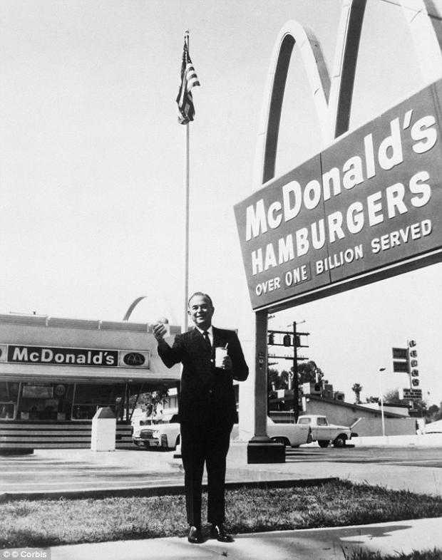 Ray Kroc afuera de una de sus franquicias mostrando una hamburguesa y una bebida. Él había ofrecido un trato a los hermanos McDonald franquiciar su éxito, pero sus familiares dicen que les engañó. Foto: Corbis / The Daily Mail / RT