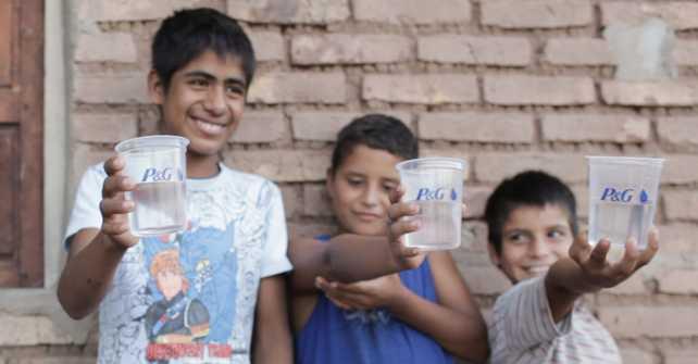 """El Programa """"Agua Limpia para los Niños"""" de P&G celebra el logro de 10 mil millones de litros"""