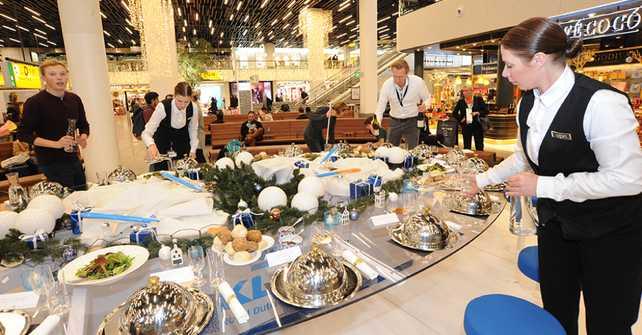 KLM sorprende a los viajeros con una Cena de Navidad en el aeropuerto de Ámsterdam