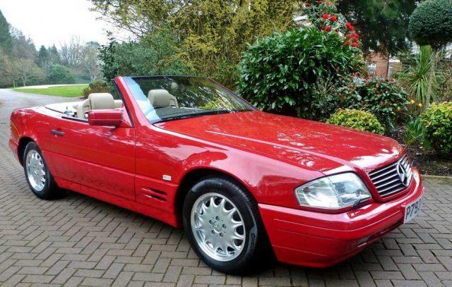 Un Mercedes-Benz SL500 de 1996 tiene sólo 128 km, ¡porque su dueña perdió las llaves!