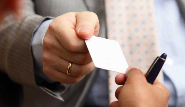Por qué los profesionales siguen intercambiándose tarjetas de visita