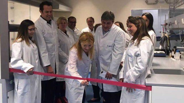 Fresenius Medical Care inauguró la remodelación de su laboratorio de control de calidad en Pilar