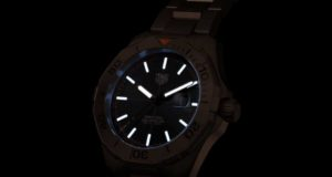 TAG Heuer y el diseñador George Bamford presentan una versión ultramoderna y con legado del reloj Aquaracer