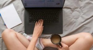 Placeres culposos del Home Office y la privacidad: Uno de cada 10 empleados disfruta trabajar desnudo